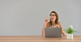 Woman in front of laptop getting a good idea Royalty Free Stock Photos