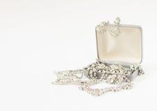 Woman& x27; gioielli di s Fondo d'annata dei gioielli Belle fibule e collana del cristallo di rocca in un contenitore di gioielli Fotografia Stock Libera da Diritti