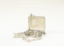 Woman& x27; gioielli di s Fondo d'annata dei gioielli Belle fibule e collana del cristallo di rocca in un contenitore di gioielli Fotografia Stock
