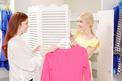 Woman goes shopping with her friend Royalty Free Stock Images