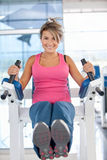 Woman at the gym exercising Royalty Free Stock Photos