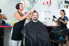 Woman hairdresser and man client Royalty Free Stock Photos