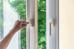 Free Woman Hand Opens A Plastic Window For Airing. Modern Plastic Windows Royalty Free Stock Photo - 188483435