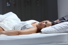 Free Woman Having A Nightmare In The Bed In The Night Royalty Free Stock Image - 122464556