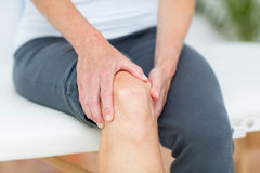 Woman having knee pain Royalty Free Stock Photography