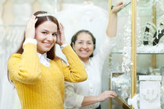 Woman helps the bride in choosing bridal diadem Royalty Free Stock Photos