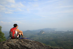 Woman hiker enjoy the view at mountain peak cliff Royalty Free Stock Photos