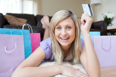 Woman holding a credit card after shopping Royalty Free Stock Photography