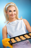 Woman holding hot roasting pan Royalty Free Stock Photos