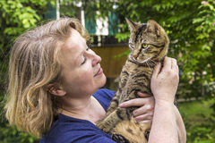 Woman holds her tiger cat Royalty Free Stock Photos