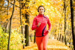 Woman jogging and listening music Royalty Free Stock Photos