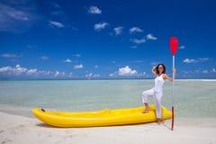Woman keeps paddle at the seashore Royalty Free Stock Photos