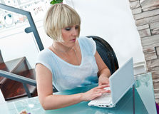 Woman with laptop computer Royalty Free Stock Photos