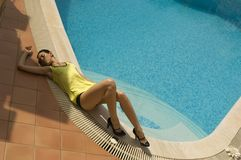 woman laying on the swimming pool edge Royalty Free Stock Photos