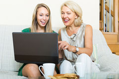 Woman learnig to use laptop from girl Royalty Free Stock Photos