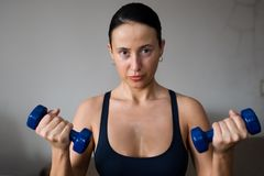 Woman lifting dumbbells Royalty Free Stock Photography
