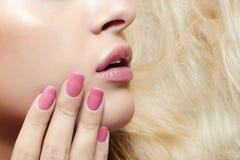 Woman.lips rubio hermoso, clavos y pelo Imagen de archivo