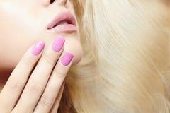 Woman.lips rubio hermoso, clavos y pelo. muchacha de la belleza Fotos de archivo