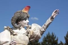 Woman living statue