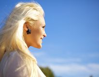 Woman looking against the sun Royalty Free Stock Photos