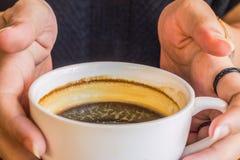 Woman& x27; mão de s que guarda uma xícara de café Fotos de Stock Royalty Free