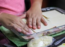 woman& x27 ; mains de s faisant cuire le lasagne de lasagne, de p?tes, de jambon et de fromage image stock