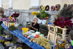 Woman making flower arrangements Royalty Free Stock Photography