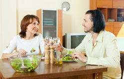 Woman with a man eating a veggie salad at home Royalty Free Stock Photos