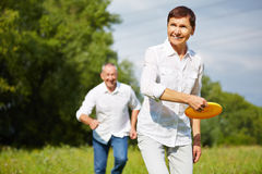 Woman and man playing frisbee in summer Royalty Free Stock Photos
