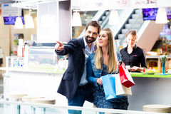 Woman and man shopping in mall Royalty Free Stock Photography