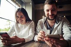 A woman and a man are sitting and looking at something up in the Royalty Free Stock Photography