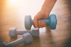 Woman& x27; mano de s con pesas de gimnasia Imagen de archivo