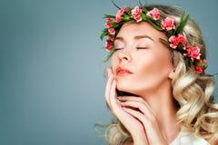 Woman modèle en bonne santé avec naturel composent, les cheveux bouclés blonds Photographie stock libre de droits