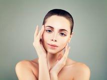 Woman modèle parfait avec la peau saine et la nudité naturelle Image libre de droits