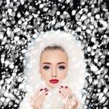 Woman modelo bonito com neve do inverno Composição e manicure imagem de stock royalty free