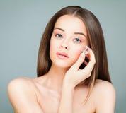 Woman modelo con la piel sana que sostiene los cubos de hielo Perfe joven imagen de archivo libre de regalías
