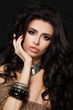 Woman modelo hermoso con el pelo rizado y la plata étnica Foto de archivo libre de regalías