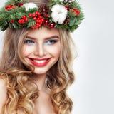 Woman modelo hermoso feliz con el pelo ondulado Imagen de archivo