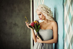 Woman modelo louro bonito com penteado encaracolado louro Foto de Stock
