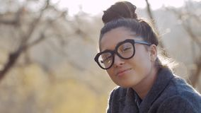 Woman modèle urbain en manteau et verres de mode ayant l'amusement Fille sexy de hippie de charme, coiffure à la mode dans des ru clips vidéos