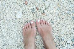 Woman& nudo x27; piedi di s sulla spiaggia Fotografia Stock Libera da Diritti