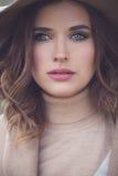 Woman Outdoors modelo bonito Mulher bonita com composição fotos de stock