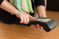 Woman pay by credit card Royalty Free Stock Photos