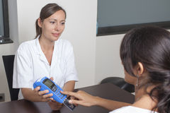 Woman paying the doctor with creditcard Royalty Free Stock Photos