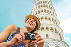 Woman with photo camera in front of tower of pisa Royalty Free Stock Photos