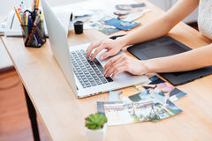 Woman photograper typing on laptop keyboard and using graphic tablet Royalty Free Stock Photos