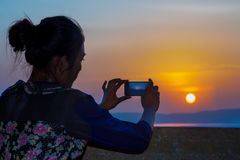 woman photographing sunset Royalty Free Stock Photos
