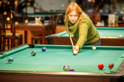 Woman play pool Royalty Free Stock Photography