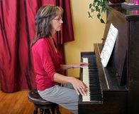 Woman playing the piano Royalty Free Stock Image