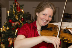 Woman is playing violin Royalty Free Stock Photos